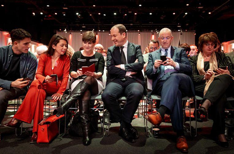 PvdA-leider Lodewijk Asscher met Mei Li Vos, Lilianne Ploumen, Ahmed Aboutaleb en Mariëtte Hamer tijdens het partijcongres van vorig jaar. Beeld ANP