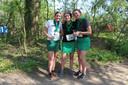 Anne van Soest (l), Maaike Brus en Isabel de Bruijn na binnenkomst. De drie Enschedese studenten lopen voor een goed doel: een kinderopvangproject in Colombia.