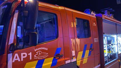 Brandweer snelt met groot materiaal naar smeulend voetbankje