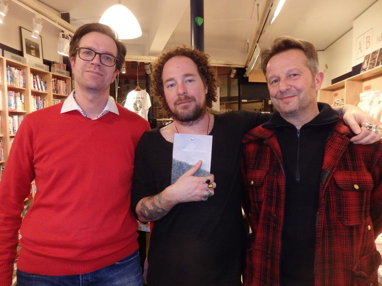 Dichter/vriend Lucas Hirsch (m) en Volkskrantjournalist John Schoorl (r) gingen, heel stoer, met Harmens op poetry-tournee in Amerika. Jesse Keff (l, Athenaeum Amsterdam) Beeld Schuim