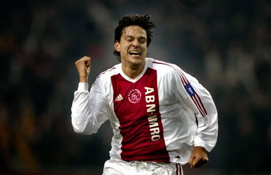 Jari Litmanen viert de 2-0 die hij voor Ajax maakte in de wedstijd tegen AS Roma.