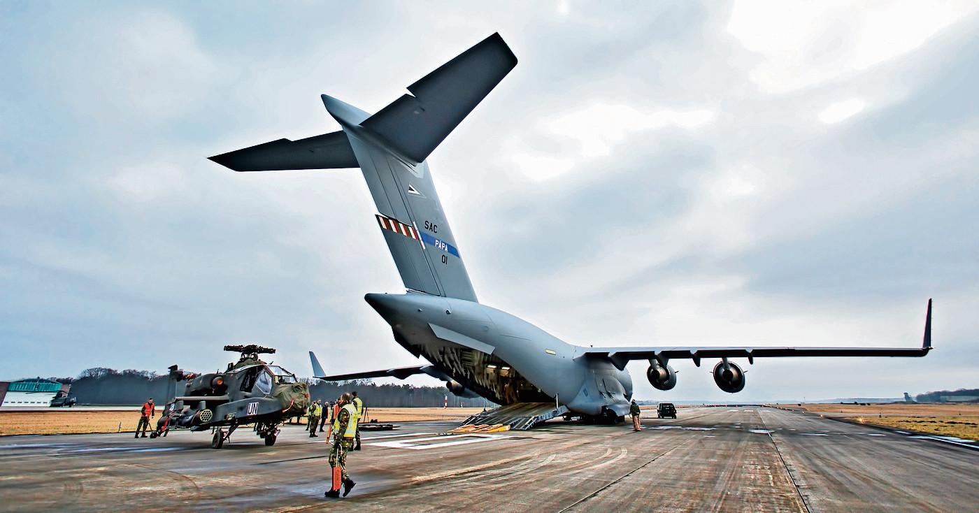 De hoofdbaan van vliegbasis Gilze-Rijen krijgt een nieuwe asfaltlaag. Foto: De laatste twee Apache helikopters komen terug uit Mali.