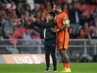 Boete en stadionverbod voor jongen die selfie nam met Depay: ook andere veldbestormers worden bestraft