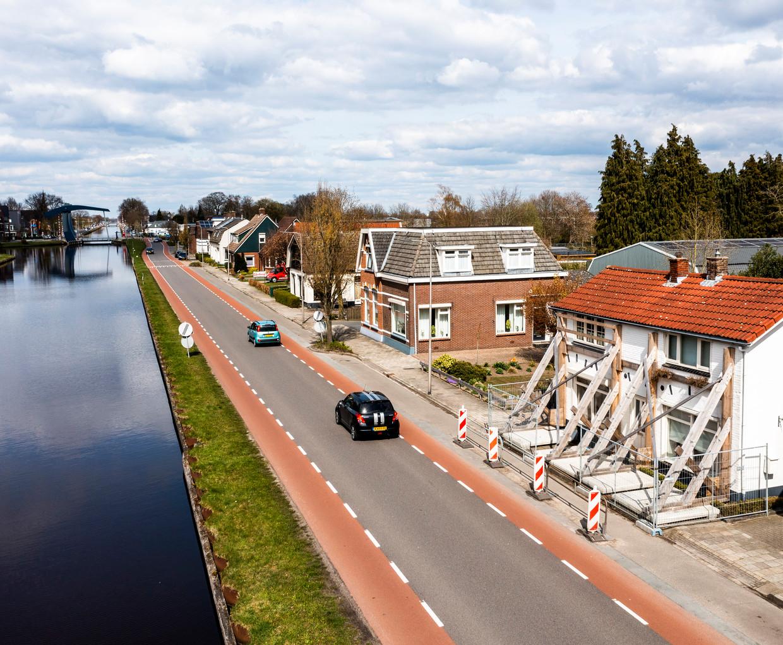 Gestutte huizen langs de Vriezenveenseweg in Vroomshoop. Beeld Freek van den Bergh / de Volkskrant