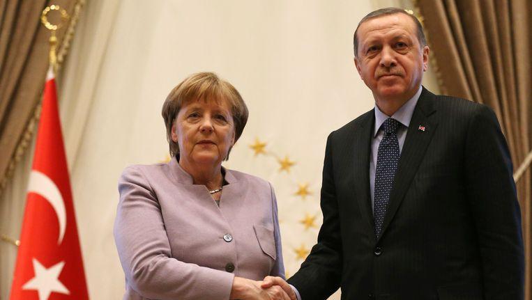 De Turkse president Erdogan en de Duitse Bondskanselier Angela Merkel praatten in februari nog met elkaar. Beeld AP