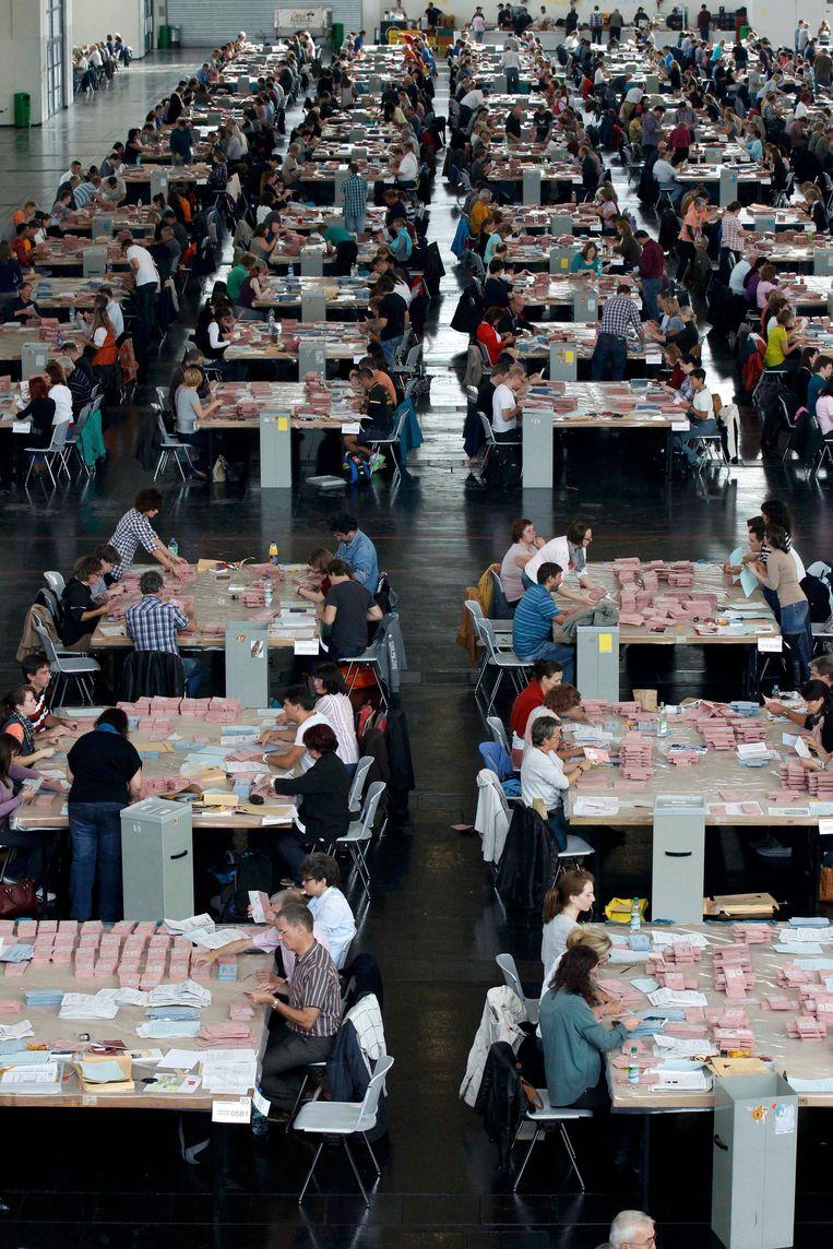 Vrijwilligers tellen de stemmen in Duitsland. Beeld REUTERS