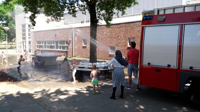 Een brandweerwagen en gillende kinderen. Maar dit keer in positief verband bij de John  F. Kennedy School in Oss.