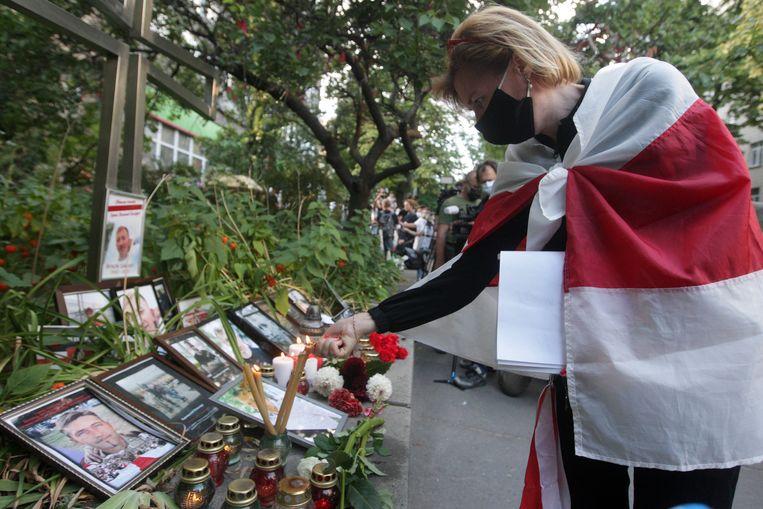 Inwoners van Kiev herdenken de Wit-Russische activist Vitaly Sjisjov, die dinsdag dood werd gevonden in de Oekraïense hoofdstad. Beeld EPA
