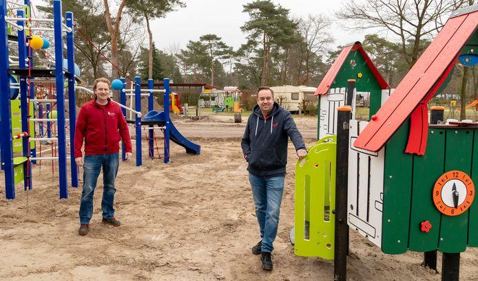Broers Roland en Alex Haage bij de nieuwe speeltuin op camping De Haegehorst in Ermelo.