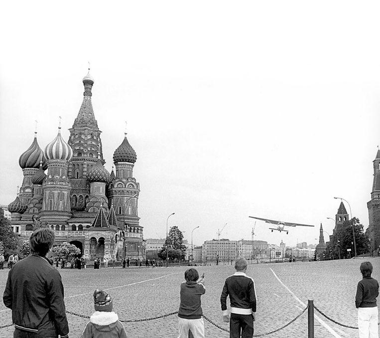 De Cessna van Mathias Rust vliegt op 28 mei 1987 over het Rode Plein in Moskou. Rust zal even later landen op een nabijgelegen brug over de Moskva Beeld Onbekend