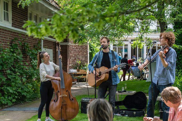 De Ieperse band 'Westhoek' zorgde voor de muzikale noot tijdens de Garden Party in het Talbot House in Poperinge.