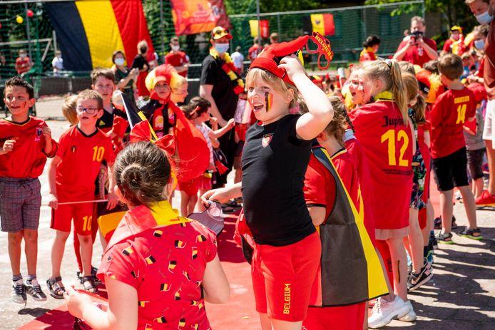Heel Vorselaar kleurde maandagmiddag zwart-geel-rood voor de passage van VTM-nieuws in het dorp.