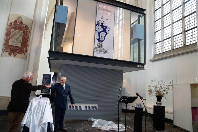 Een boks van professor Pieter van Vollenhoven nadat hij het Zilvermuseum in Doesburg heeft geopend.
