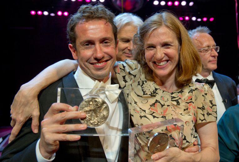 Acteurs Jacob Derwig (L) en Elsie de Brauw (R) tonen tijdens het Gala van het Nederlands Theater hun gewonnen prijzen. © anp Beeld