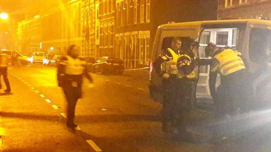 De politie houdt een verdachte aan op de Tramsingel in Breda.