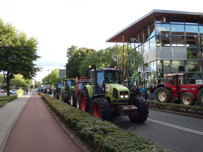 Tientallen trekkers bij het Veenendaalse politiebureau.