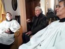 Maureen Witlox (links) en Corein Brands halen samen met pastoor Van Noorwegen herinneringen op.