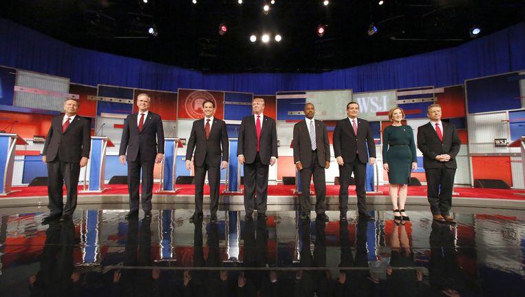 De Republikeinse presidentskandidaten John Kasich, Jeb Bush, Marco Rubio, Donald Trump, Ben Carson, Ted Cruz, Carly Fiorina and Rand Paul op het podium bij aanvang van een debat in het Milwaukee Theatre, in Milwaukee. Beeld AP