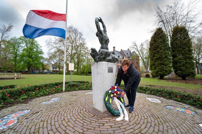 Burgemeester Nelly Kalfs legt dinsdagochtend een krans bij het bevrijdingsmonument in Bemmel.