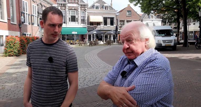 Ron Feuler met Aad van Toor in Vlaardingen. Deze maand verschijnen drie speciale afleveringen online over opnamelocaties in deze stad. Beeld Youtube