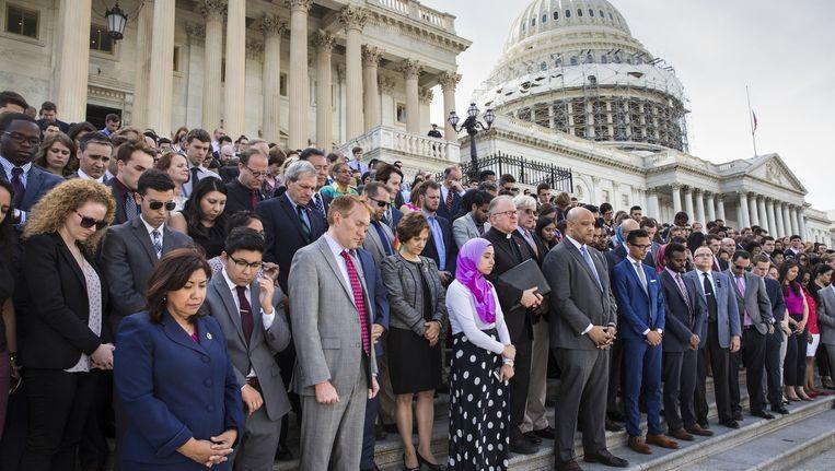Congresleden herdenken samen met islamitische en LHBT-medewerkers de slachtoffers van de schietpartij in Orlando op de trappen van het Capitool in Washington. Beeld ap
