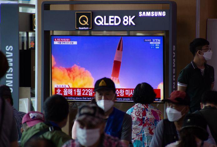 Beelden van de lancering van de ballistische rakketten op een televisiescherm in een treinstation in Seoul.