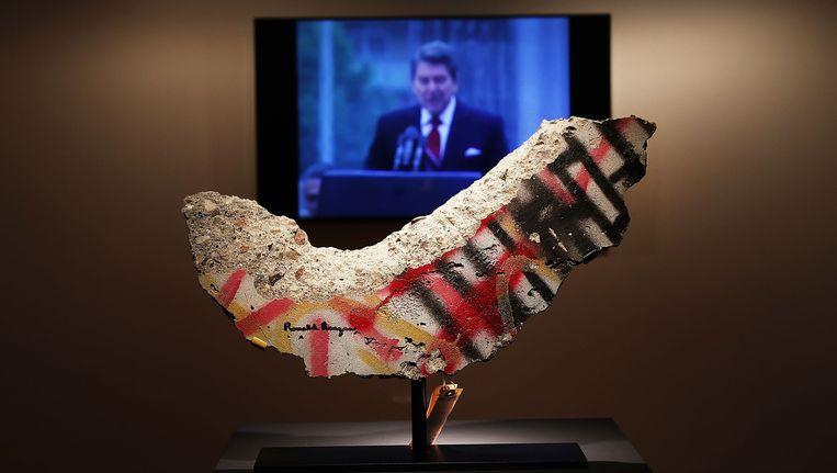 Een negen kilo wegend stuk van de Berlijnse Muur, met de handtekening van Ronald Reagan, haalde 277.500 dollar. Beeld AFP