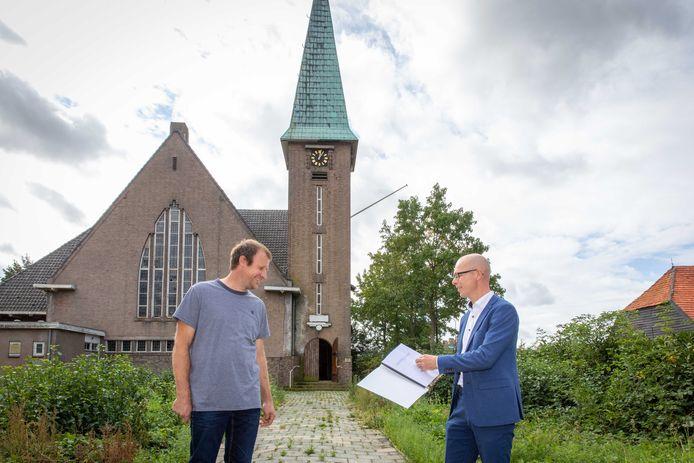 Wethouder Maarten Both (r) en aannemer Johan Berting tekenden afgelopen zomer een overeenkomst over de herontwikkeling van de Bathsewegkerk. De gemeente wordt straks eigenaar van de toren.