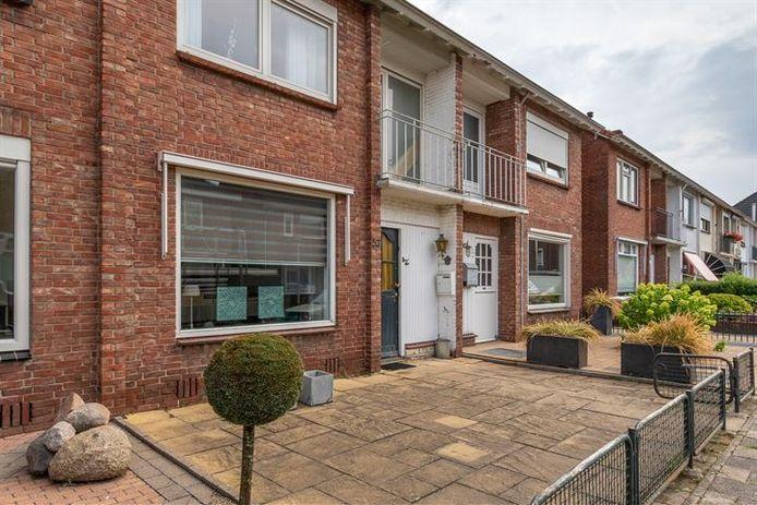 Een rijtjeshuis in Enschede dat momenteel te koop staat voor ongeveer een tiende van prijs van de vergelijkbare woning in Amsterdam.