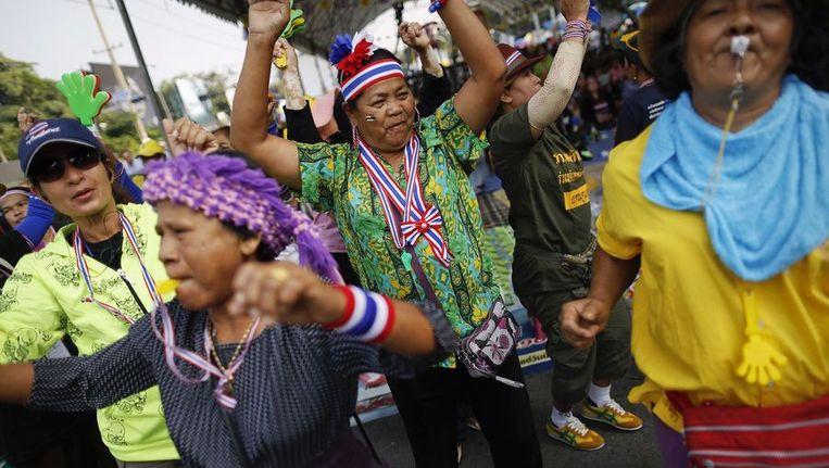 Anti-regering demonstranten dansen voor het gebouw waar de Thaise regering zetelt. Beeld reuters