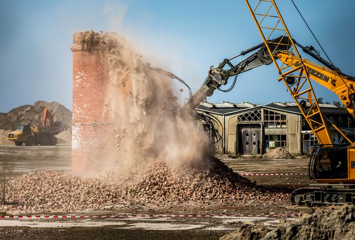 De oude schoorsteen van de al eerder gesloopte suikerfabriek in Puttershoek is nu ook helemaal tegen de vlakte gegaan.