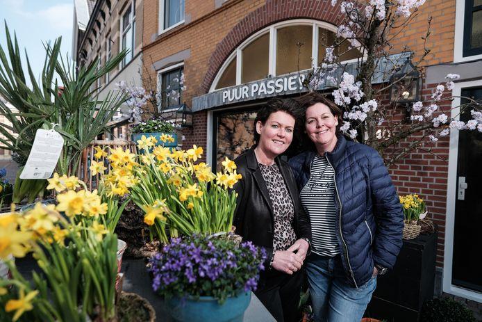 De twee zussen Venice Oonk-Janssen (50) en Carine Pleiter-Janssen (53) voor hun bloemenwinkel Puur Passie in Winterswijk.