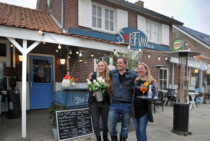 Vlnr: De nieuwe eigenaren Marieke Saris, Jimmy Stremme enTatjana Kooman voor de Surf-Inn waar ze mensen opwachten in hun 'drive-in'