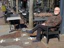 Burgemeester Frans De Bont van Baarle-Hertog op één van de vele grenzen die door het dorp loopt.