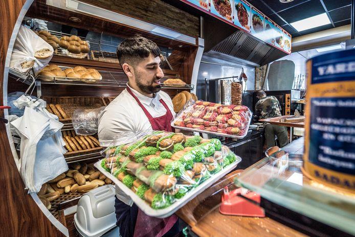 Turkse Bakker Enes over Ramadan - Sidar met de spullen en en Ali op de achtergrond