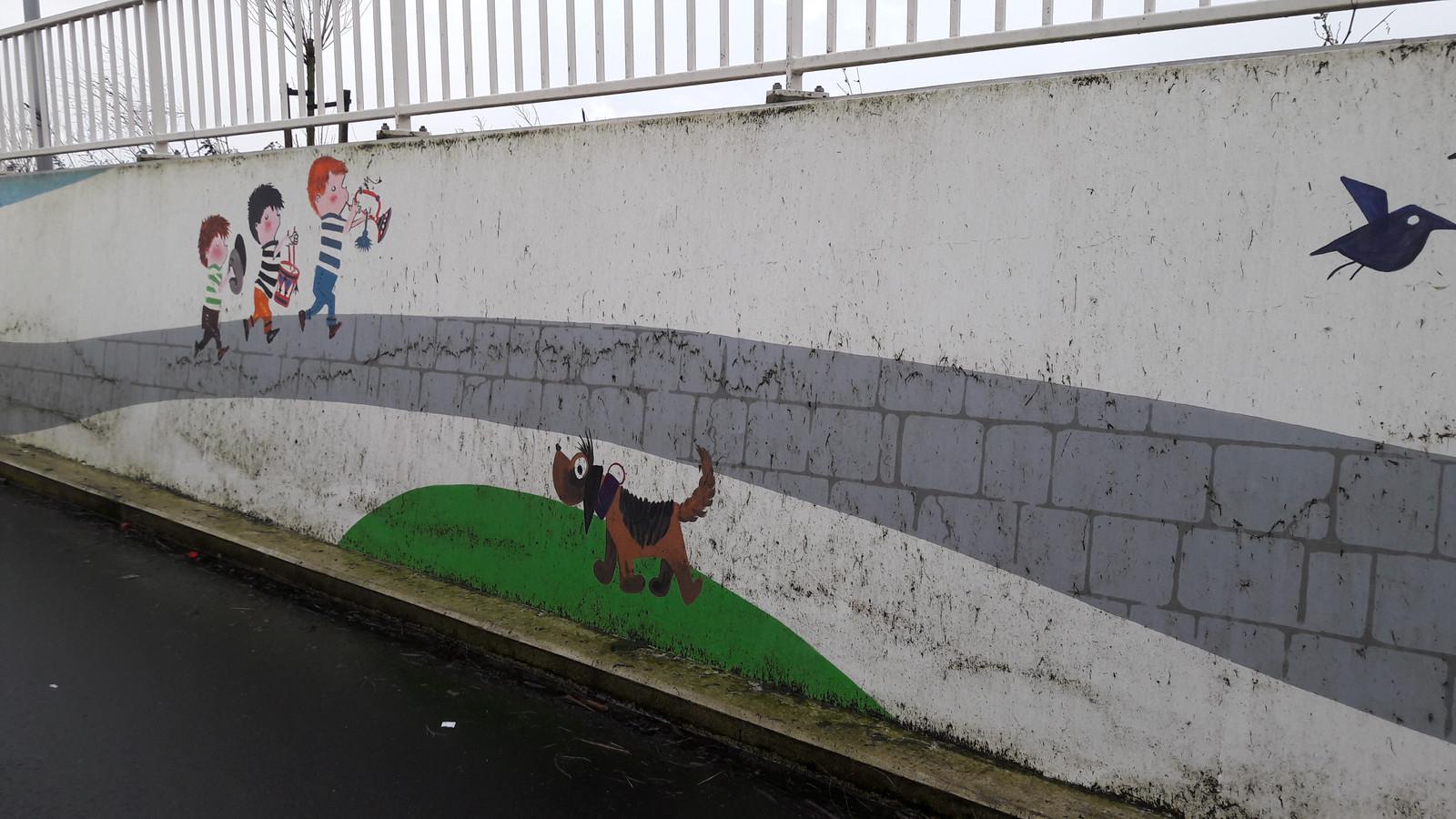 Flinke delen van de schilderingen in de Fiepstunnel in Zaltbommel worden ontsierd door spetters, sprietjes en spinnenwebben. De gemeente laat weten dat er dit voorjaar een poetsbeurt volgt.