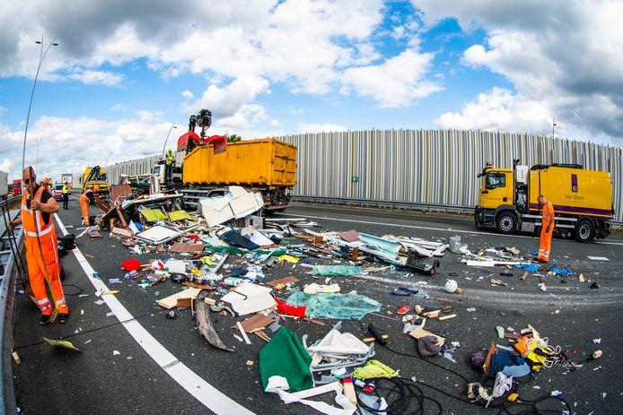 Het zware ongeluk op de A2 liet enorm veel schade achter.