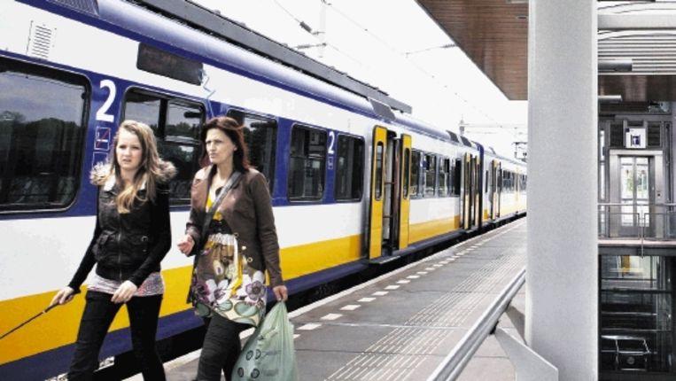 Op NS-Station Utrecht Zuilen zijn in de overkapping van de trap zonnepanelen aangebracht. (FOTO JÃ¿RGEN CARIS, TROUW) Beeld