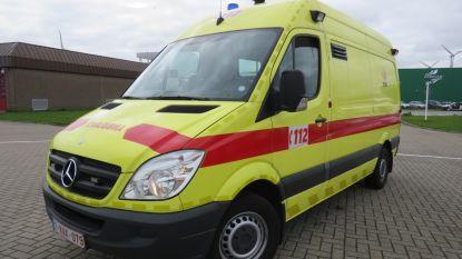 Auto belandt op zijkant: bestuurster (55) in shock naar ziekenhuis