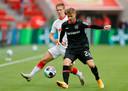 Daley Sinkgraven namens Bayer Leverkusen in actie tegen RB Leipzig.