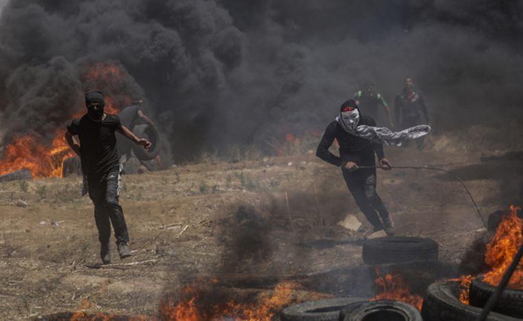 Maskers moeten de Palestijnen beschermen tegen het traangas van het Israëlische leger. Beeld EPA