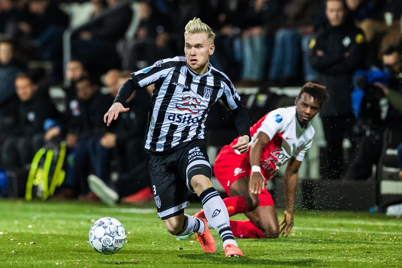 Lennart Czyborra laat FC Utrecht-speler Jean-Christophe Bahebeck achter zich.