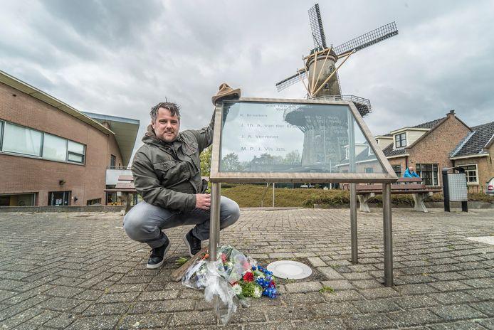 Henk de Zeeuw met een foto en de hoed van zijn opa bij het oorlogsmonument in Wateringen.