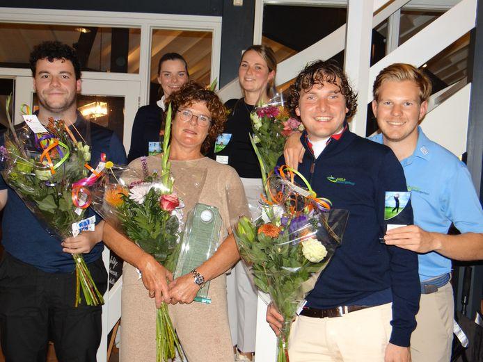 De winnaars van de Zeeuwse strokeplaykampioenschappen in Bruinisse. Geheel links Zino Meesen, rechts van hem Hanneke Bommeljé.