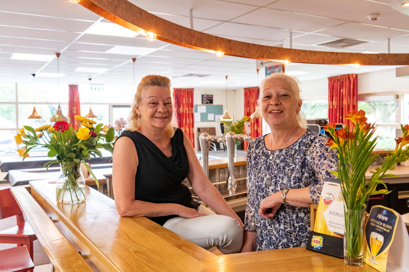 Nellie Meurs-Van Deursen en Ada van Deursen (rechts) kregen een lintje. En daar zijn ze bijzonder trots op.