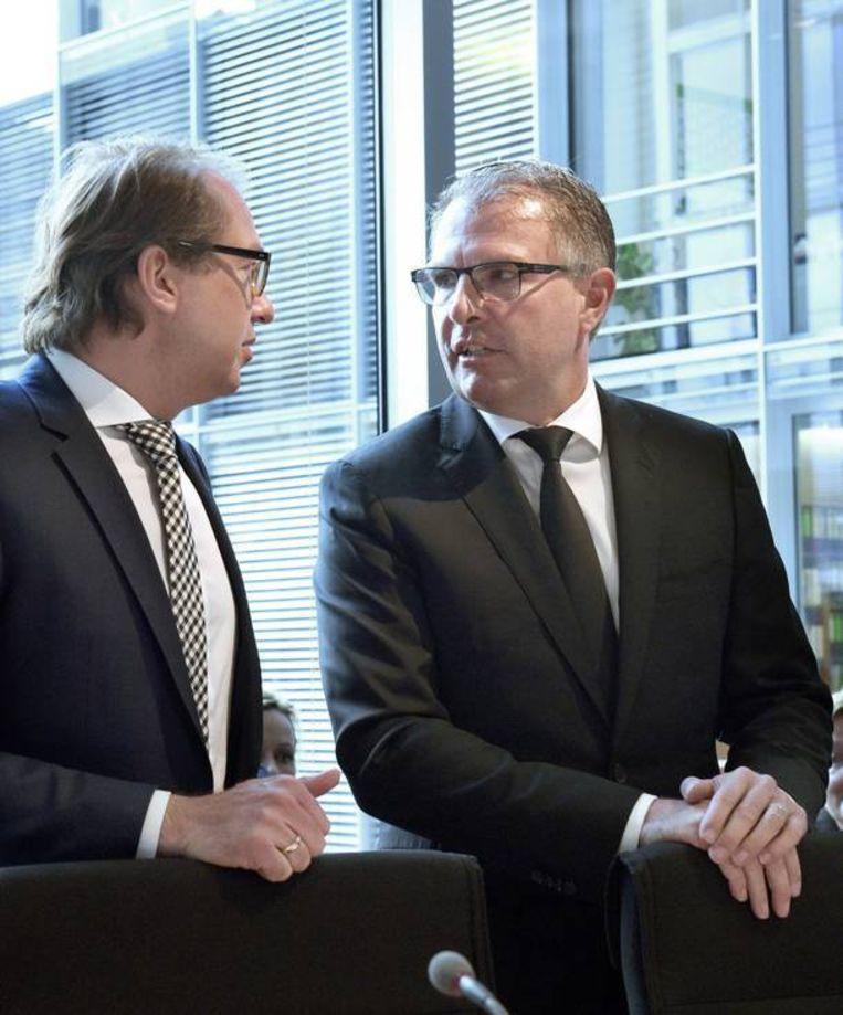 CEO van Lufthansa, eigenaar van Germanwings, Carsten Spohr (rechts) en minister van Transport Alexander Dobrindt. Beeld EPA