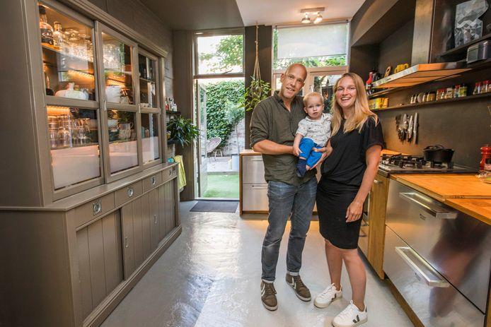 Frank van Munster, zoon Mink en Maaike in de keuken.