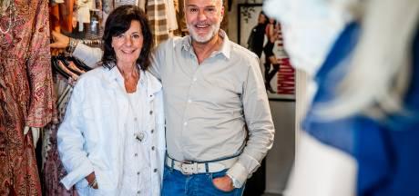 Deze kledingzaak in Oud-Beijerland bestaat 30 jaar: 'Zonder onze trouwe klanten overleven we crisis niet'