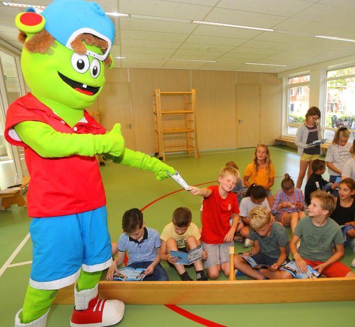 Sjors Sportief en Creatief overhandigt een boekje met activiteiten in Vught én Helvoirt.