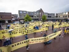 Protest tegen windturbines bij gemeentehuis Borne: 'Het wordt tijd dat de gemeente duidelijk stelling neemt tegen dit plan'